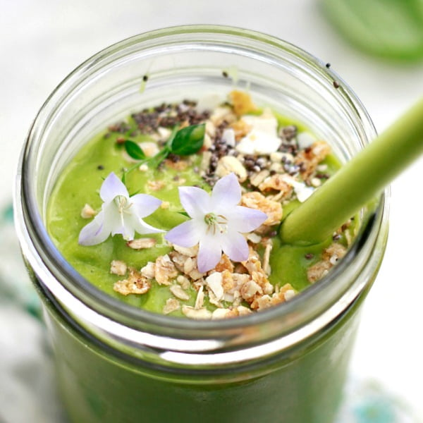 Green and Glowing Smoothie [vegan] by Yummy Mummy Kitchen